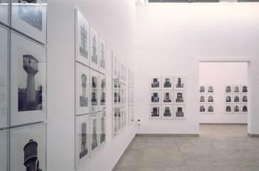 bernd und Hilla Becher, Biennale 1990 (Foto von Gitty Darugar, in: Kunstforum International, 109, 1990, S. 292-297.)