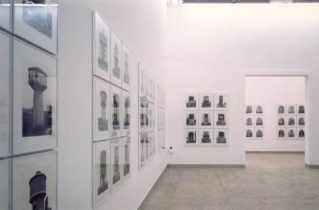 bernd und Hilla Becher, Biennale 1990 (Foto von Gitty Darugar, in: Kunstforum International, 109, 1990, S. 292-297.)