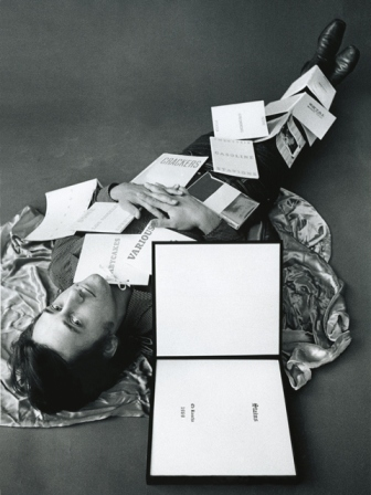 Ed Ruscha with some of his publications, 1971(Foto: Jerry McMillan, © Courtesy Ed Ruscha und Gagosian Gallery)