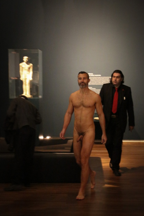 what a shame! – Spontaneous nudism of exhibition vistor gets prevented by Leopold Museum. (Sat, 8.12.2012) Leopold Museum: Nackte Männer. Von 1800 bis Heute | 19.10.2012 – 28.01.2013 | esel.cc/nackte_maenner | Foto: eSeL.at