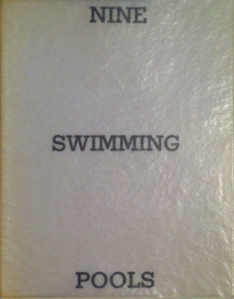 Künstlerbuch | Ed Ruscha. Nine Swimming Pools, 1968 (Foto: Marlene Obermayer)