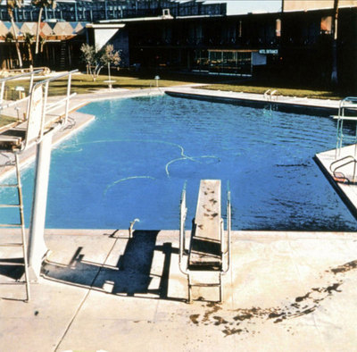 Ed Ruscha: Nine Swimming Pools, 1968 (Fotonachweis: http://patriciafortunato.tumblr.com/post/24217414704/nine-swimming-pools-and-a-broken-glass-ed-ruscha)