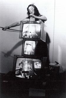 Hanns Sohm, Charlotte Moorman bei der Aufführung von Nam June Paiks Concerto for TV Cello, Kölnischer Kunstverein 1974, Schwarz-Weiß-Fotografie, Staatsgalerie Stuttgart, Archiv Sohm