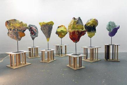Franz West, Parrhesia (Freedom of Speech), 2012, Sieben Skulpturen auf Sockel, Foto: Atelier Franz West Lousiana Museum of Modern Art, Humlebæk, © Franz West