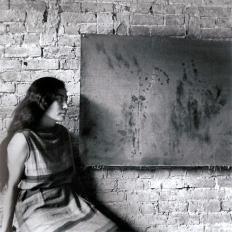 Painting to see in the dark (Version 1), Installationsansicht mit Yoko Ono, AG Gallery, New York, Juli 1961, Foto von George MAciunas
