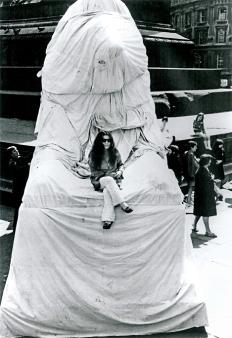Lion Wrapping event, 1967 Performed von Yoko Ono und anderen, Trafalgar Square London, 3. Aug. 1967