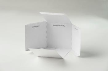 Irena Lagator Pejović Camera Imaginata. Mezzi per lo scambio del potere dell'immaginazione Camera Imaginata. The Means for Exchanging the Power of the Imagination 2013 poesia visiva, cubo ritagliato e incollato / visual poetry, 3D cube paper cutout disegno / drawing: 16,3 x 12 cm cubo / cube: 4 x 4 cm