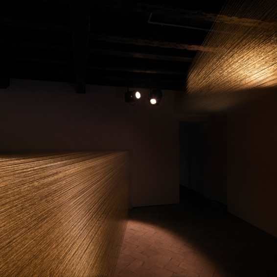 Irena Lagator Pejović | Attraverso l'oltre / Further than Beyondfili dorati, faretti / golden strings, spotlights 2013280 x 500 x 520 cm