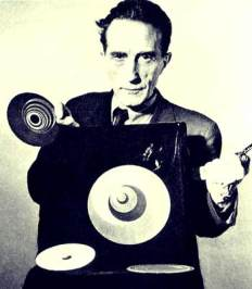Marcel Duchamp mit Rotoreliefs, 1947 | Filmstill | Fotograf: Arnold Eagle | © Estate of Marcel Duchamp; Artists Rights Society