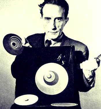 Marcel Duchamp mit Rotoreliefs, 1947 | Filmstill | Fotograf: Arnold Eagle | © Estate of Marcel Duchamp; Artists Rights Society