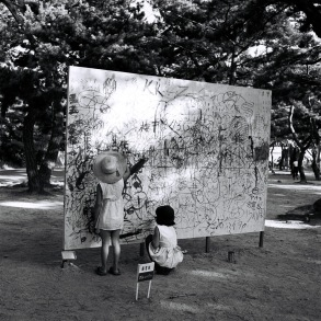 Yoshihara Jiro, Please Draw Freely, 1956, Paint and marker on wood Installation view: Outdoor Gutai Art Exhibition, Ashiya Park, Ashiya, July 27-August 5, 1956 © Yoshihara Shinichirō and the former members of the Gutai Art Association, courtesy Museum of Osaka University