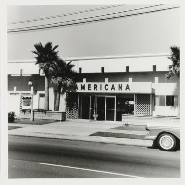 Ed Ruscha, Americana, 1965/2003Abzug auf SilbergelatinepapierAus: Twentyfive Apartments, 1965/2003Edition von 25 PhotographienBlätter jeweils: 9 13/16 x 7 14/16 in. (25,2 x 20,2 cm)Bilder jeweils: 7 3/8 x 7 3/8 in. (18,7 x 18,7 cm)Epreuve d'artiste V/V(bei einer Auflage von 8 Exemplaren)Kunstmuseum Basel© Ed Ruscha