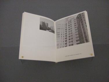 Kunstmuseum Basel | Ed Ruscha. Some Los Angeles Apartments, 1965 (Foto: Marlene Obermayer)
