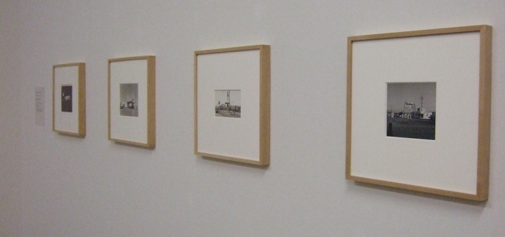 Abzüge der Twentysix Gasoline Stations im Kunstmuseum Basel | Ed Ruscha. Los Angeles Apartments.