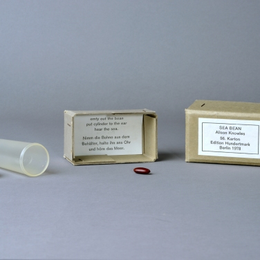 Alison Knowles Sea Bean (Seebohne) (56. Karton), 1978 Bohne, Plastikbehalter, Anweisungszettel, Karton 9 x 5 x 5 cm Verlag: Armin Hundertmark, Köln Armin Hundertmark, Köln