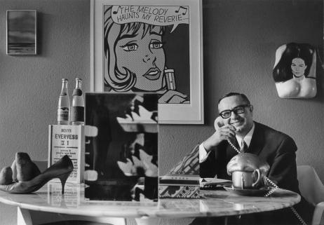 Heinz Beck in seinem Esszimmer, umgeben von- Werken aus seiner Sammlung, ca. 1968