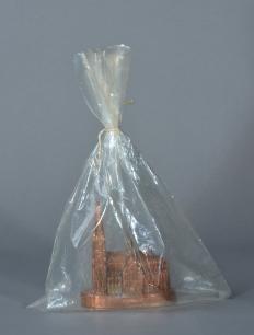 Christo Kölner Dom packed (Kölner Dom verpackt) (tm 2), 1970 Souvenir-Dom aus Kupfer in durchsichtigem Plastikbeutel 3,3 x 11 x 9,5 cm Ex. 5/40, Verlag: Edition Tangente, Heidelberg Sammlung Kraft, Köln
