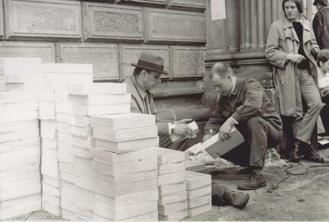 Joseph Beuys und Wolfgang Feelisch vor der KunstakademieDüsseldorf mit Exemplaren des Multiples Intuition, 1972 Foto: Nino Barbieri