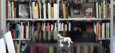 """Bibliotheksmaskottchen """"Burschi"""" des kürzlich verstorbenen Fotografen Peter Dressler"""