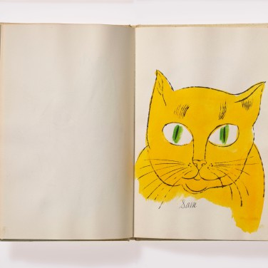 Charles Lisanby und Andy Warhol, 25 Cats Name[d] Sam and One Blue Pussy, 1954, Offsetdruck nach Tuschezeichnung, koloriert, Hardcover, 23,3 x 15,6 x 1,0 cm Foto: Haydar Koyupinar © 2013 The Andy Warhol Foundation for the Visual Arts, Inc. / Artists Rights Society (ARS), New York