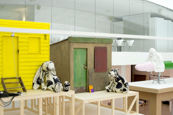 Ausstellungsansicht / Exhibition view COSIMA VON BONIN. HIPPIES USE SIDE DOOR. DAS JAHR 2014 HAT EIN RAD AB. / THE YEAR 2014 HAS LOST THE PLOT., mumok, Wien, 4.10.2014 – 18.1.2015 Photo: mumok / Laurent Ziegler